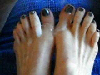 उसके पैर की उंगलियों पर cums