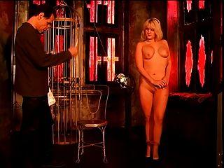 बड़े स्तन और कुछ कार्रवाई के लिए undressing के साथ प्यारा गोरा