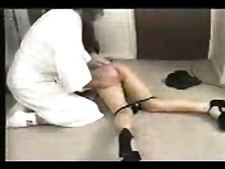 श्यामला फर्श पर spanked हो जाता है