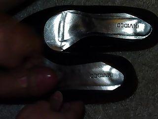 प्रेमिका काले पंपों के जूते में सह