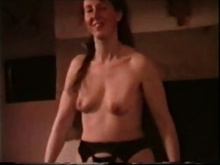 saggy स्तन स्ट्रिप्स के साथ लड़की