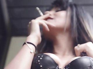 मेरे दोस्त ऐडा चमड़े की कोर्सेट में सिगरेट को सिगरेट से धूम्रपान करता है