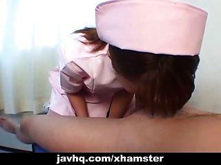 किशोर जापानी नर्स उसे एक uncensored blowjob blowjob देता है
