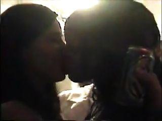 शौकिया समलैंगिक लड़की चुंबन लड़कियों