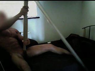 मांसपेशियों के आदमी को संभोग के बाद वैक्यूम क्लीनर द्वारा चूसा
