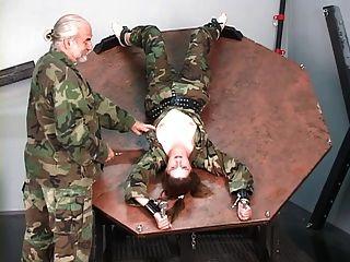 प्रतिरोधी सिपाही लड़की उसे स्तन bared और nips मास्टर द्वारा अत्याचार हो जाता है