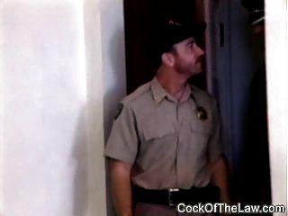 मांसल चमड़े भालू fucks पुलिस