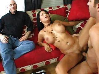 श्यामला पत्नी एक चेहरे के लिए एक अजनबी fucks