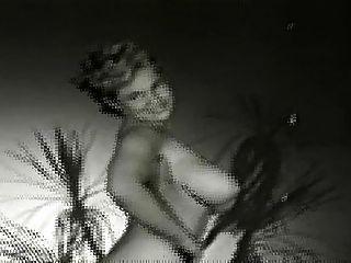 वर्जिनिया घंटी बगीचे में नग्न
