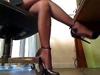 डेस्क के नीचे ऊँची एड़ी के जूते