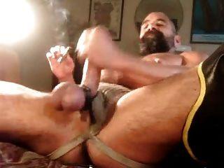 श्रीमती पिताजी सिगरेट का आनंद ले रहे हैं
