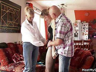 वह अपने पुराने माता-पिता के साथ एक 3some है