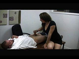 गर्म सचिव मालकिन एक आदमी को झटका देता है