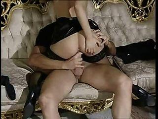 सोफे पर डोलस सारा ब्लैक स्टॉकिंग्स सेक्स