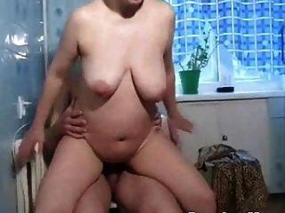रूसी माताओं इरीना रसोई में हस्तमैथुन करती है