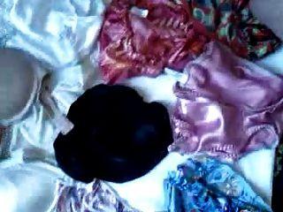 साटन जाँघिया और ब्रा पर एक और बड़ा भार