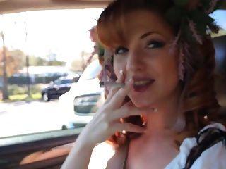 रेडहेड कार में धूम्रपान