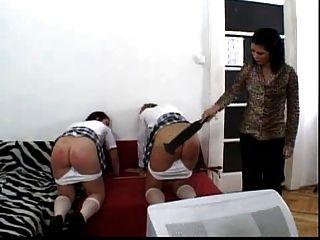 दो स्कूली लड़कियों को उनके गधे लाल spanked मिल
