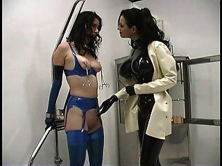 सेक्सी मालकिन सैंड्रा उसके गर्म दास के साथ चारों ओर बेवकूफ बना