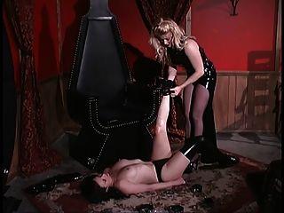 गोरा मालकिन एक छाती में उसके दास को ताले लगाती है