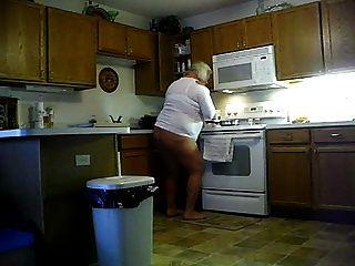 नंगे पैर और रसोई में