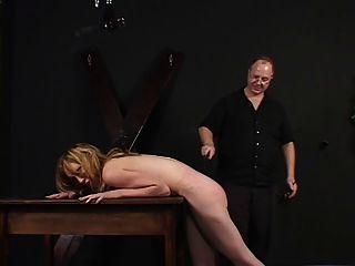 छोटे स्तन महिला spanked और उसके मालिक द्वारा छेड़ा