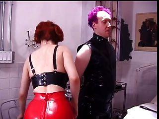 महिलाओं का दबदबा उसके पुरुष विनम्र करने के लिए बाथरूम में जाता है
