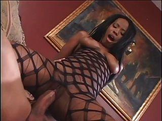 लिविंग रूम में काले लड़की चूसने और कमबख्त