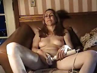 सोफे पर पति के साथ हस्तमैथुन करने वाली महिला