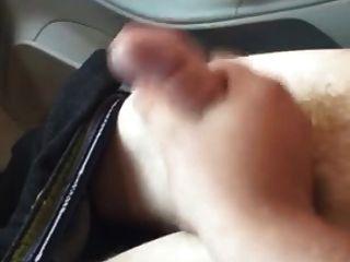 कार में हाथ में मदद करना