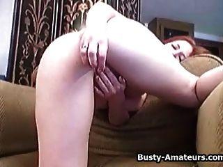 busty अदरक उसके स्तन चूसने और हस्तमैथुन