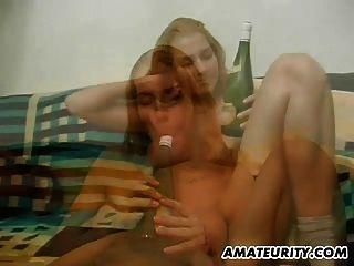 गर्म शौकिया प्रेमिका के साथ बड़े स्तन एक बोतल के साथ toying