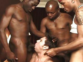सफेद लड़का काले लोगों का एक कमरा उड़ाता है