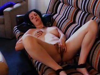 श्यामला एकल हस्तमैथुन पर सोफे