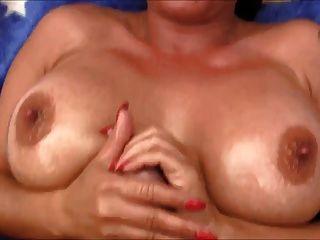 busty milf तेलों उसे गर्म स्तन ऊपर