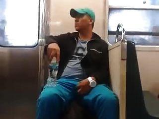 मेट्रो में स्ट्रॉफ़ा लड़का अपनी तरक-बूटी को पकड़े हुए