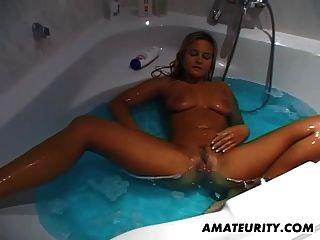 busty शौकिया प्रेमिका masturbates और उसके स्नान में बेकार है