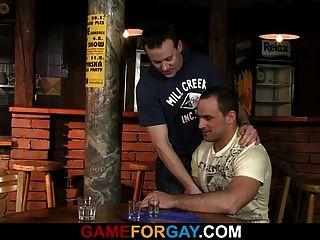 वह हॉट बारटेंडर को लुभाने और बैंग्स लाता है
