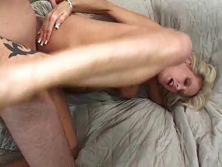 सुंदर स्तन के साथ मिठाई गोरा milf बेकार है और सोफे पर fucks