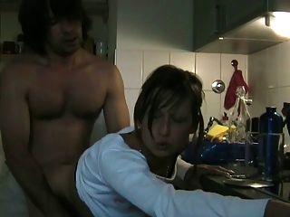 फूहड़ धोखा दे पत्नी रसोई में सिम के साथ उसके प्रेमी चूसने