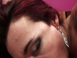 प्यारा श्यामला tranny गुलाबी कमरे में चल रही है और बिस्तर पर fucked हो जाता है