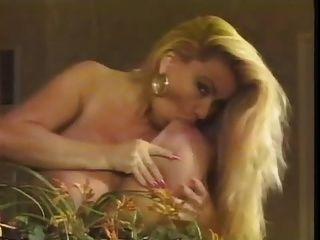 दर्पण में भारी स्तन