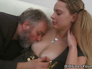 इस बूढ़े आदमी जेन के साथ भाग्यशाली हो जाता है जब उसके प्रेमी के पत्ते