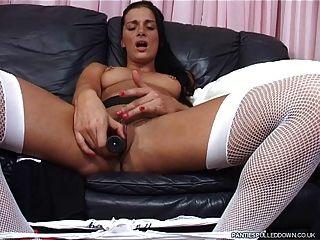 सोफी उसके छेदा twat और स्तन के साथ खेलता है!