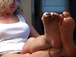 सेक्सी गोरा उसके पैर से पता चलता है