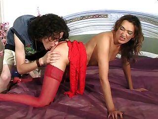 लाल पोशाक में सेक्सी milf