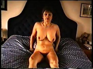 फूहड़ स्तन और बालों वाली योनी के साथ परिपक्व माँ