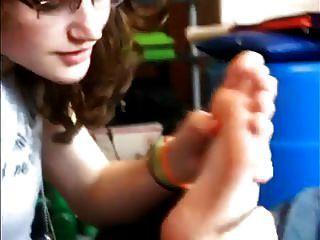 लड़की स्वयं पैर की पूजा