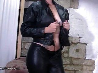 स्ट्रिपिंग और चमड़े के लिए सेक्सी गधा बुत के साथ busty babes