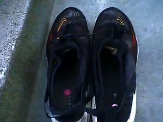 पश्चिम इंडीज नेग्रेस उसके बड़े काले पैर और तलवों से पता चलता है